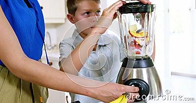 Понедельник и сын подготавливая сок видеоматериал