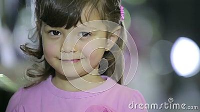 Портреты детей на девочке магазина делая выражения лица усмехаются видеоматериал