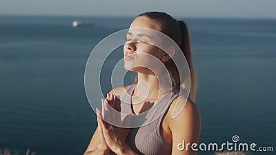Портрет женщины медитирует, дышит глубоко, океан на заднем плане, медленно движется видеоматериал
