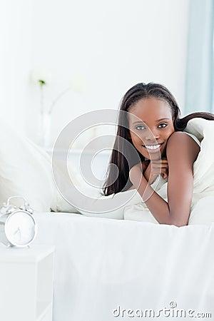 Портрет женщины просыпая вверх