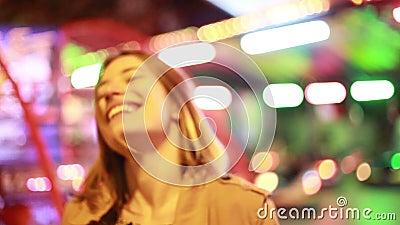 Портрет женщины смотря камеру и смеясь над в парке атракционов видеоматериал