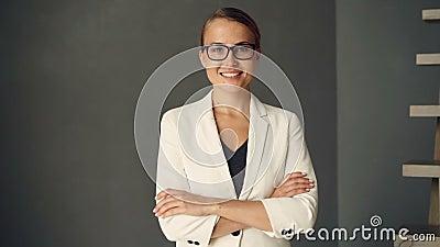 Портрет замедленного движения молодой коммерсантки нося официально одежду и стекла смотря камеру и усмехаться уверенно сток-видео