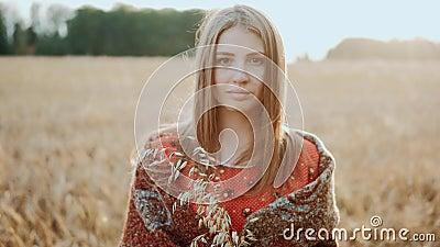 Портрет красивой молодой девушки, стоящей на пшеничном поле и смотрящей на камеру при закате света Современное сельское хозяйство видеоматериал