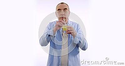 Портрет, прелестный мужчина, пьет сок со соломы и улыбается камере белый фон сток-видео