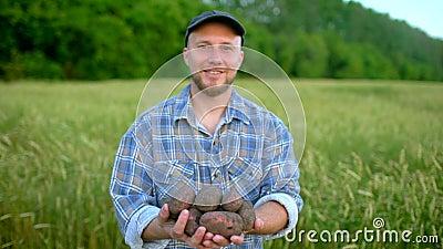 Портрет фермера держа в продукте рук биологическом картошек Концепция - рынок фермера, органическое сельское хозяйство, ферма акции видеоматериалы