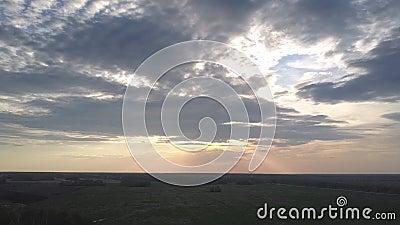 Последние яркие лучи солнца среди облаков на выравнивать рай сток-видео