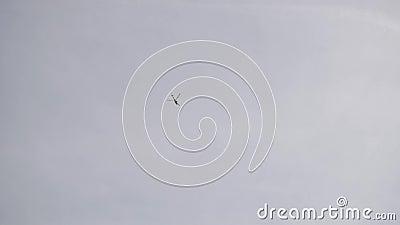 Посмотрите верхнюю часть вертолета летая сток-видео