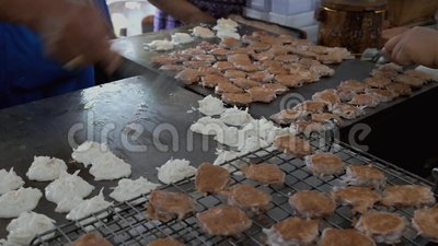 Поставщики варя подлинный тайский десерт вызвали Kanom Babin на горячем griddle акции видеоматериалы