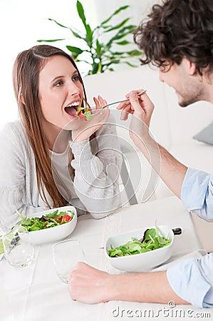 подавая салат
