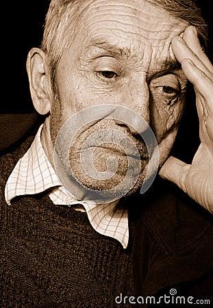 подавленный старший человека