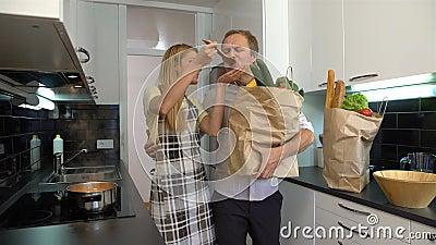по мере того как прервано варить встречных пар каждого обрамил счастливо счастливый горизонтально взгляд кухни около другой печки сток-видео