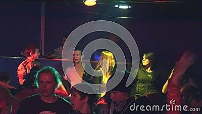 Подросток танцуя на discotheque в сельском клубе малый этап Взрослый человек DJ Фары зрелищность сток-видео