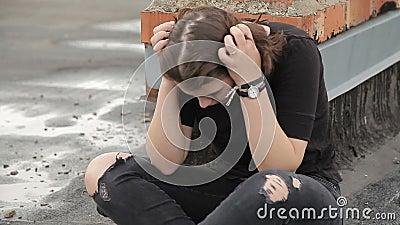 Предназначенная для подростков девушка плачет на крыше сток-видео