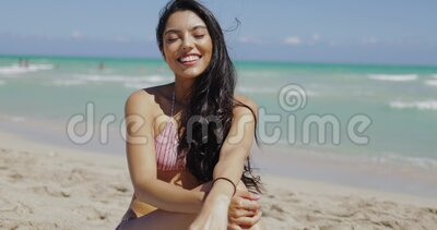 Прекрасная кокеттиш-девушка на пляже видеоматериал