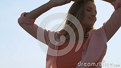 Прекрасная молодая женщина танцует под открытым небом, молодежь и свобода, тысячелетняя, близкая акции видеоматериалы