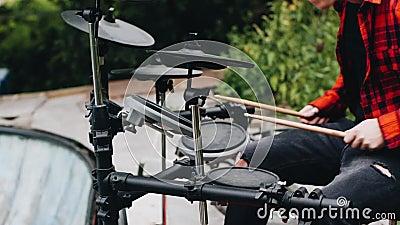 Прекрасное приближение барабанщика, играющего в природе Очень интересные заметные снимки акции видеоматериалы