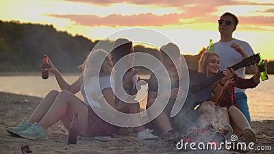 Прекрасный вечер с гитарой на пляже акции видеоматериалы