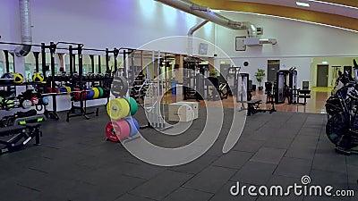 Прекрасный вид на хорошо оборудованный фитнес-центр Концепция здорового образа жизни Энкопинг Швеция сток-видео
