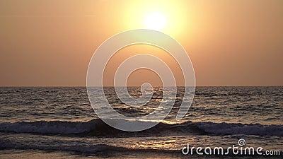 Прекрасный закат на фоне моря оранжевое солнце, вечер, морское прошлое видеоматериал