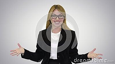 Прекрасный учитель в очках, эмоционально говорящий с камерой на градиентном фоне акции видеоматериалы
