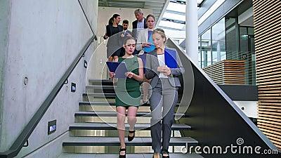 Предприниматели взаимодействуя друг с другом пока идущ на лестницы акции видеоматериалы