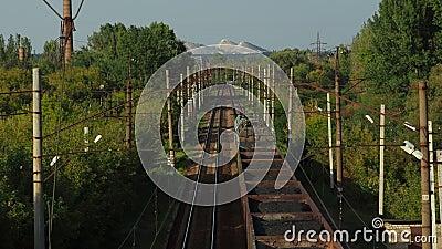 Прибывает грузовой поезд с углем сток-видео