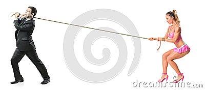 привлекательная женщина вытягивая веревочки бизнесмена