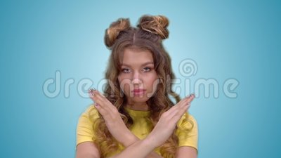 Привлекательная маленькая девочка в желтом жесте запрета показа рубашки сток-видео