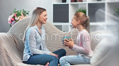 Привлекательная мать дарит подарочную коробку милая дочь-подросток, празднующая праздник с положительными эмоциями сток-видео