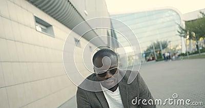 Привлекательный стильный африканский человек в солнечных очках смешно танцевать внешний Flirting человек отснятый видеоматериал 4 акции видеоматериалы