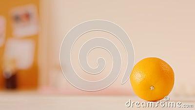 Привычка завтрака стеклянного свежего smoothie женщины оранжевая акции видеоматериалы