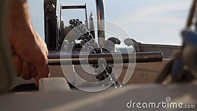 Привязочная цепь с лебедкой Медленное движение сток-видео