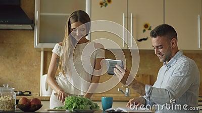 утром на кухне онлайн
