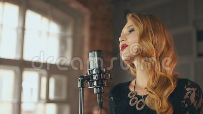 Привлекательный вокалист джаза выполняет на этапе Ретро стиль составляет танцы Арройо акции видеоматериалы