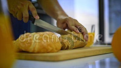 приготовление пищи для завтрака утром с хлебом из сурда акции видеоматериалы