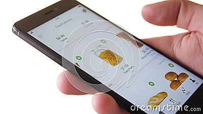 Приказывая еда онлайн используя smartphone app сток-видео