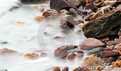 пристаньте разбивая море к берегу pebbled ober