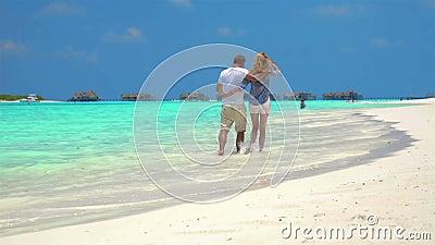 Прогулка пар вдоль пляжа сток-видео