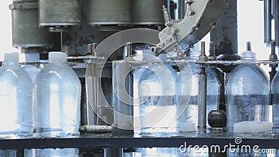 Производственная линия для продукции и разливать по бутылкам carbonated напитков Фабрика для продукции минеральной воды и сток-видео