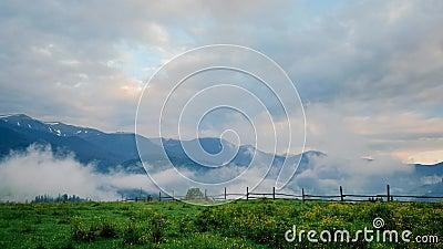 Промежуток времени ландшафта горы покрытый туманом видеоматериал