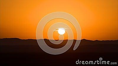 Промежуток времени восхода солнца в пустыне над песчанными дюнами или плато Рассвет в ОАЭ, sunup, поднимать солнца, утро в пустын сток-видео