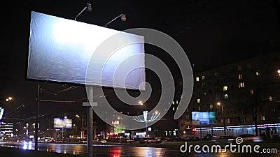 Промежуток времени городской сцены с пустой афишей, к ноча видеоматериал