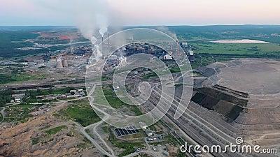 Промышленная зона с большими трубами фабрики Толстый белый дым политый от дымовой трубы в воздух environmental сток-видео