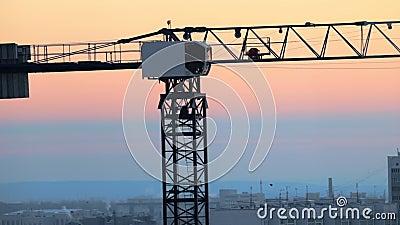 промышленно Строительная площадка Поднимать работу кранов Румяный красивый заход солнца акции видеоматериалы