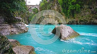 """Пропускать реки каньона бирюзы Мост как """"мост Bugrum или Oluk """" Ландшафт реки Koprucay от каньона Koprulu акции видеоматериалы"""