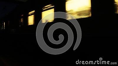 Пропуски поезда ночи мимо видеоматериал