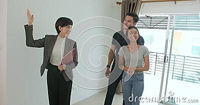 Профессиональный агент недвижимости показывает современный дом к молодой паре видеоматериал