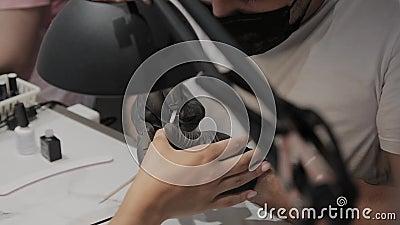 Профессиональный человек manicurist лакирует ногти девушки акции видеоматериалы