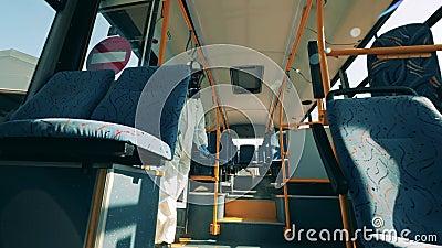 Профилактика коронавируса, концепция эпидемии Вид автобуса, распыляемого химикатами дезинфекции видеоматериал