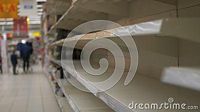Пустые полки в хранилище Супермаркет с пустыми полками для товаров акции видеоматериалы